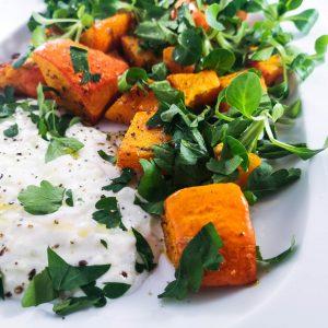 Gebratener Kürbis mit Tzatziki und Salat | Rezept | Foodblog | Lieblingsspeise.at
