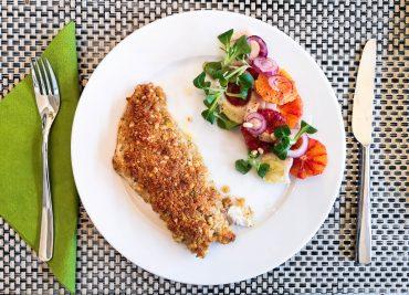 Rotbarsch mit Parmesan-Pinienkern-Kruste   Serviervorschlag   Foodblog   Lieblingsspeise.at