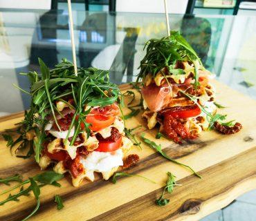 Parmesanwaffeln mit Büffelmozzarella und Prosciutto | Rezept | Foodblog | Lieblingsspeise.at