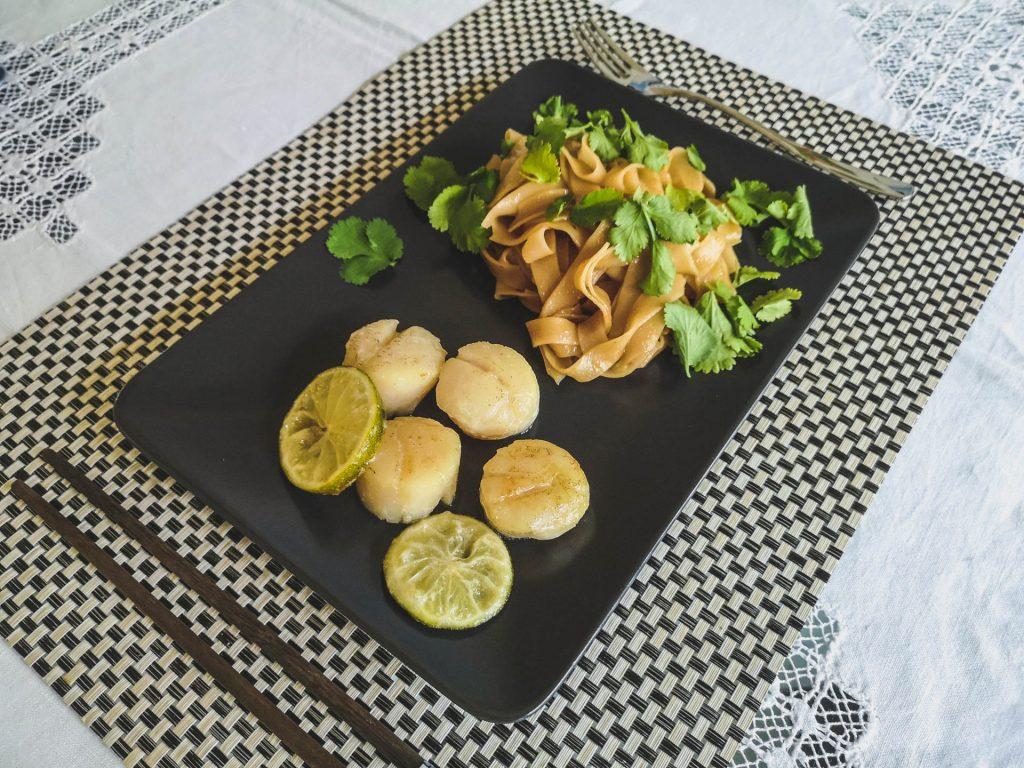 Jakobsmuscheln mit Reisnudeln Asia-Style